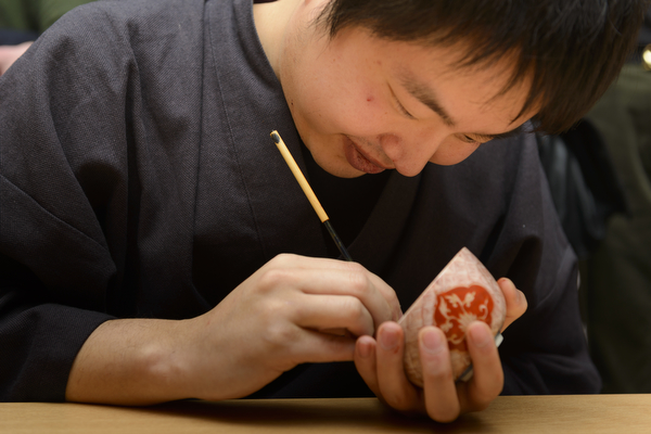 Maki-e Baisen craftsman Muneaki Shimode giving a kintsugi demonstration