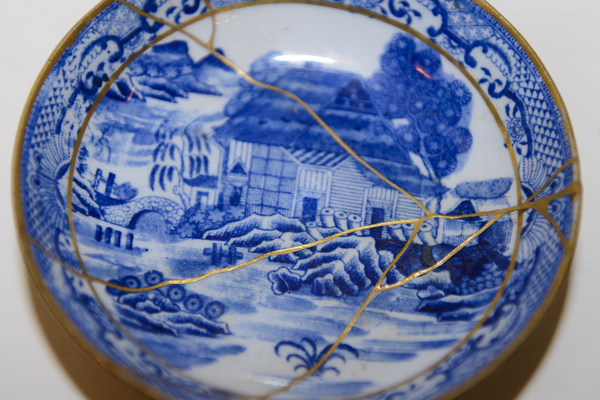 A saucer repaired with kintsugi