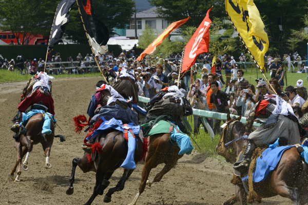 Jockeys race wearing samurai armor